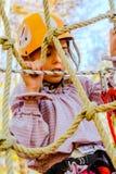 Petite fille s'élevant en parc d'aventure photographie stock libre de droits