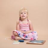 Petite fille s'asseyant Photographie stock libre de droits
