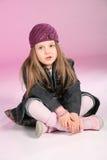 Petite fille s'asseyant sur l'étage Image stock