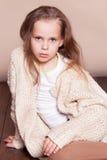Petite fille s'asseyant sur le plancher et triste photographie stock