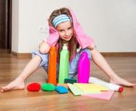 La petite fille nettoie la maison Photos stock