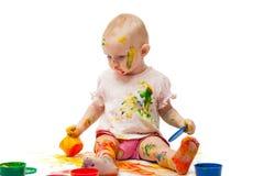 Petite fille salie par les peintures multicolores Photo libre de droits