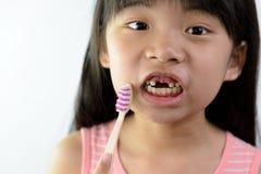 Petite fille sans dents avant avec la brosse à dents photo stock