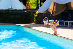 Petite fille sautant dans la piscine Photographie stock