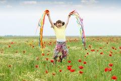 Petite fille sautant dans le pré Photos libres de droits