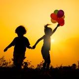 Petite fille sautant sur la nature Images libres de droits