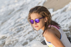 Petite fille se baignant sur la plage avec des verres Photographie stock libre de droits