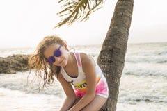 Petite fille se baignant sur la plage avec des verres Photos libres de droits