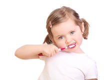 Petite fille se brossant les dents Images stock