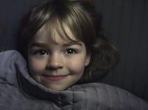 Petite fille se reposant dans le bâti image libre de droits