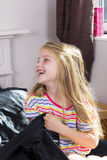 Petite fille se situant dans le lit à la maison photo libre de droits