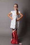Petite fille se tenant avec des mains sur des hanches Photos stock