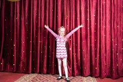Petite fille se tenant sur l'étape pendant une représentation image stock