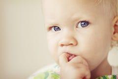 Petite fille semblant perplexe Photographie stock libre de droits