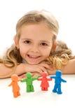 Petite fille souriant avec son famille de gens d'argile Photos stock