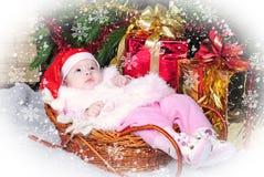 Petite fille sous l'arbre de Noël sur le capuchon d'an neuf Photos stock