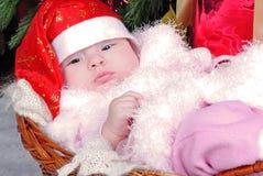 Petite fille sous l'arbre de Noël sur le capuchon d'an neuf Photo stock