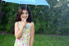 Petite fille sous la pluie Image stock