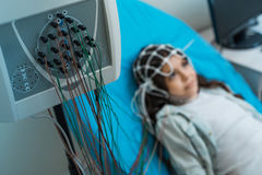 Petite fille subissant la procédure d'électroencéphalographie Images libres de droits