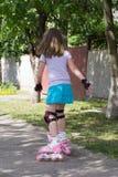 Petite fille sur des patins de rouleau Photos libres de droits