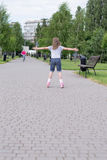 Petite fille sur des patins de rouleau Images libres de droits