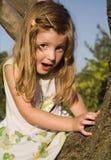 Petite fille sur l'arbre Image libre de droits