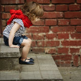 Petite fille sur l'escalier Photos stock