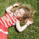 Petite fille sur l'herbe Photo stock
