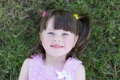 Petite fille sur l'herbe Photos libres de droits