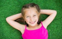 Petite fille sur l'herbe verte photographie stock libre de droits