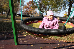 Petite fille sur l'oscillation Photo stock