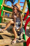Petite fille sur la cour de jeu Image stock