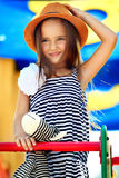 Petite fille sur la cour de jeu Images libres de droits