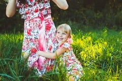 Petite fille sur la nature avec la mère Photo libre de droits