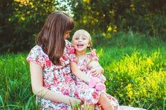 Petite fille sur la nature avec la mère Photographie stock libre de droits