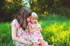Petite fille sur la nature avec la mère Image stock