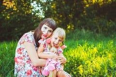 Petite fille sur la nature avec la mère Photographie stock