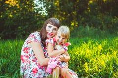 Petite fille sur la nature avec la mère Images stock
