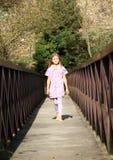 Petite fille sur la passerelle Photographie stock libre de droits
