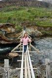 Petite fille sur la passerelle en bois Image libre de droits