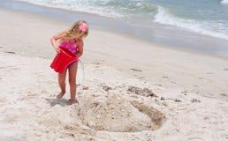 Petite fille sur la plage Photo stock