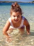 Petite fille sur la plage image stock