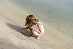 Petite fille sur la plage Photographie stock libre de droits