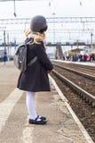 Petite fille sur la plate-forme à la gare ferroviaire Image stock