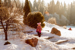 Petite fille sur la promenade de l'hiver Image libre de droits