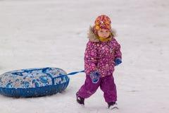 Petite fille sur la promenade de l'hiver Photographie stock libre de droits