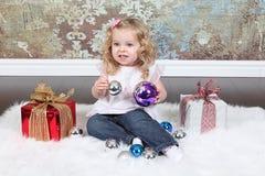 Petite fille sur la valise Photographie stock libre de droits