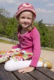 Petite fille sur le banc photo stock