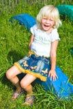 Petite fille sur le pneu photo stock