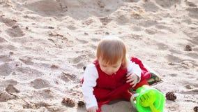 Petite fille sur le sable clips vidéos